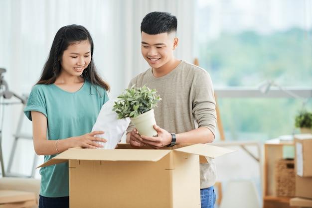 Disimballaggio delle coppie asiatiche