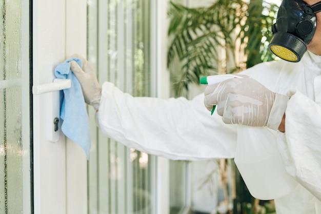 Disinfezione della maniglia della porta