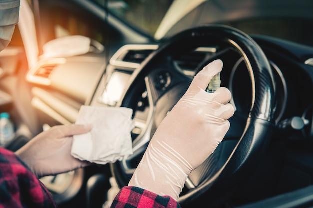 Disinfezione di auto, malattia di coronavirus 19 covid 2019, assistenza sanitaria presso il veicolo.