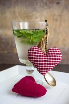 Disintossicazione bevanda alla menta e decorazione a forma di cuore come concetto di bevanda per la celebrazione di san valentino