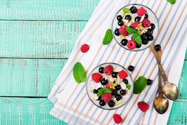 Disintossicazione e colazione sana dei superfoods in ciotola. budino di semi di chia di latte di mandorla vegano