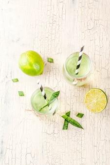Disintossicazione sana esotica bere aloe vera o succo di cactus con calce su sfondo chiaro cemento