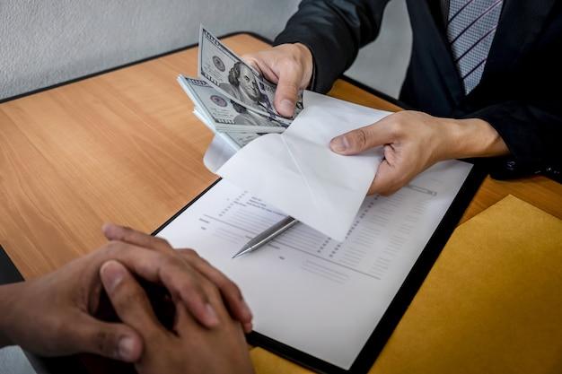 Disonesto che imbroglia in denaro illegale per affari, uomo d'affari riceve denaro per bustarella in busta per uomini d'affari per dare successo al contratto di investimento, corruzione e corruzione
