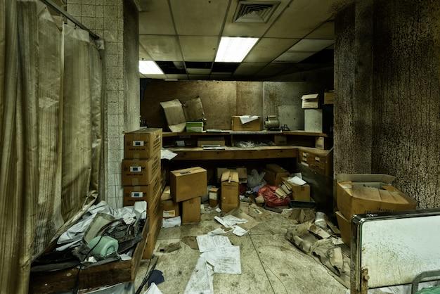 Disordinato stanza abbandonata in ospedale psichiatrico