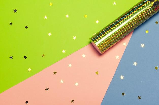 Dispenser di coriandoli di festa su colorato