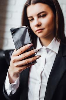 Display digitali che ci circondano da ogni parte! giovane donna con il telefono in mano
