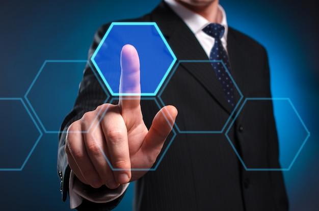 Display multimediale virtuale. un uomo in giacca e cravatta fa clic con il dito indice sullo schermo virtuale.