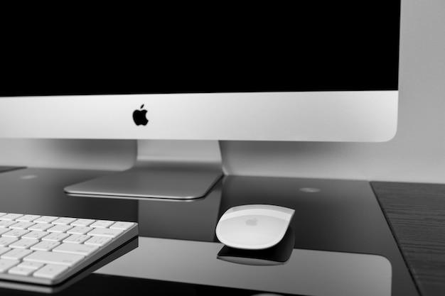 Display retina imac 27 apple computer con tastiera 5k e mouse magico su tavolo nero