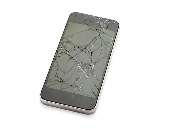 Display smartphone rotto su sfondo bianco
