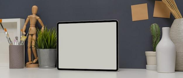 Dispositivi digitali sul tavolo bianco