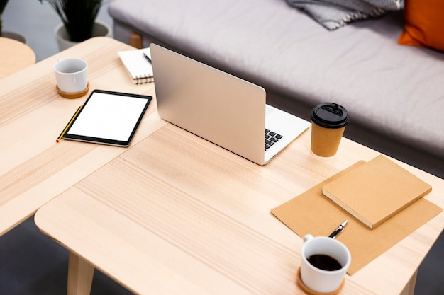 Dispositivi elettronici moderni dell'angolo alto all'ufficio