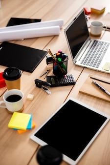 Dispositivi moderni ad alto angolo in ufficio