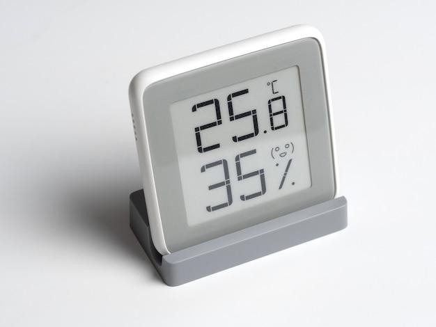 Dispositivo digitale per determinare l'umidità e la temperatura nella stanza. un dispositivo wireless con uno schermo lcd che mostra i gradi celsius e l'umidità percentuale.