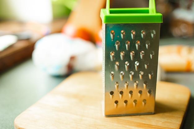 Dispositivo economico sotto forma di una piastra metallica con piccoli fori perforati per macinare, sfregare qualcosa