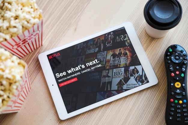 Dispositivo moderno con app netflix