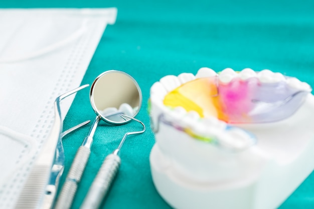 Dispositivo ortodontico di ritenzione dentale e strumenti dentali