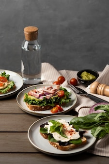 Disposizione a sandwich deliziosa ad alto angolo