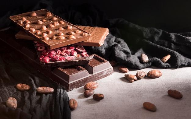 Disposizione ad alto angolo con barrette di cioccolato