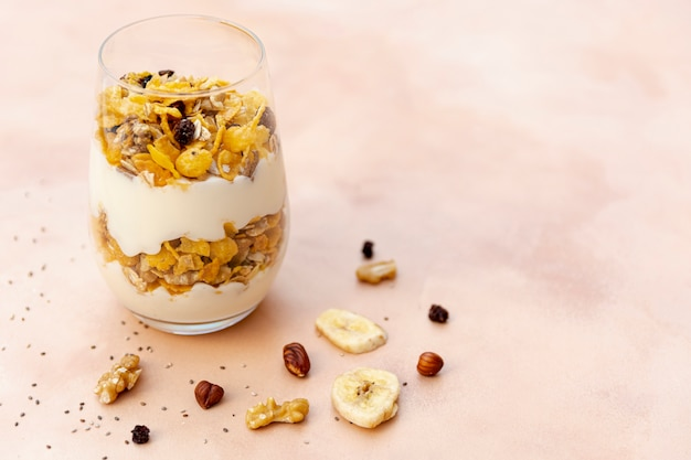 Disposizione ad alto angolo con cereali in un bicchiere