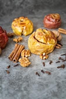 Disposizione ad alto angolo con gustose mele e bastoncini di cannella