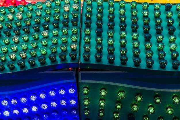 Disposizione ad alto angolo con luci colorate