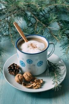 Disposizione ad alto angolo con una tazza di cioccolata calda
