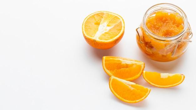 Disposizione ad angolo alto con fettine di arancia