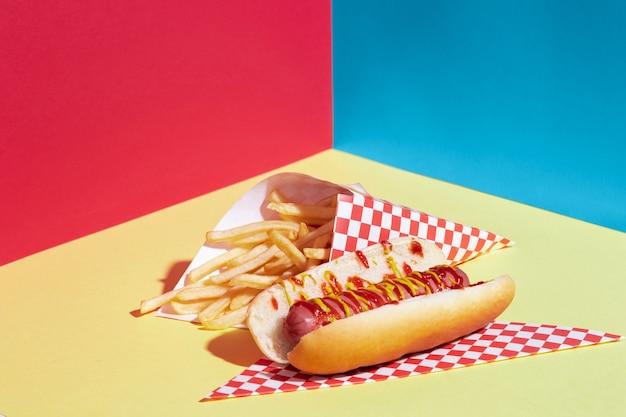 Disposizione ad angolo alto con patate fritte e hot dog