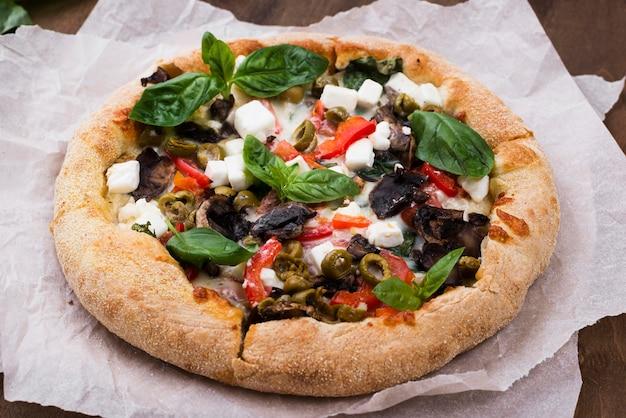 Disposizione ad angolo alto con pizza