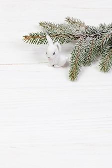 Disposizione ad angolo alto con ramoscello e coniglio