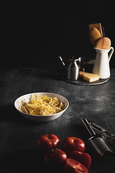 Disposizione ad angolo alto con utensili da cucina e da cucina