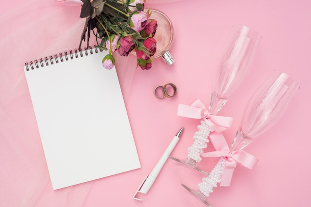 Disposizione artistica di nozze su fondo rosa
