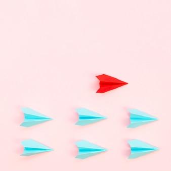 Disposizione astratta con aeroplani di carta