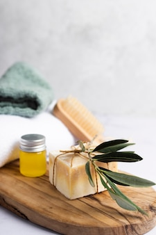 Disposizione bagno ad angolo alto con sapone e olio