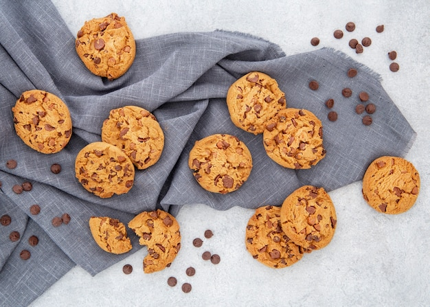 Disposizione casuale di biscotti e gocce di cioccolato