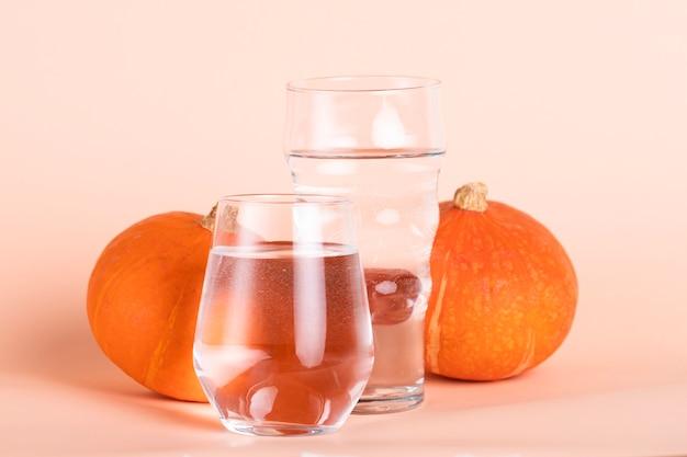 Disposizione con acqua e zucche