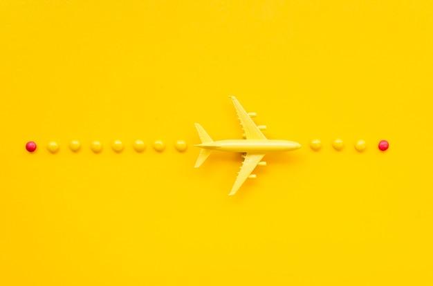 Disposizione con aereo e dolci