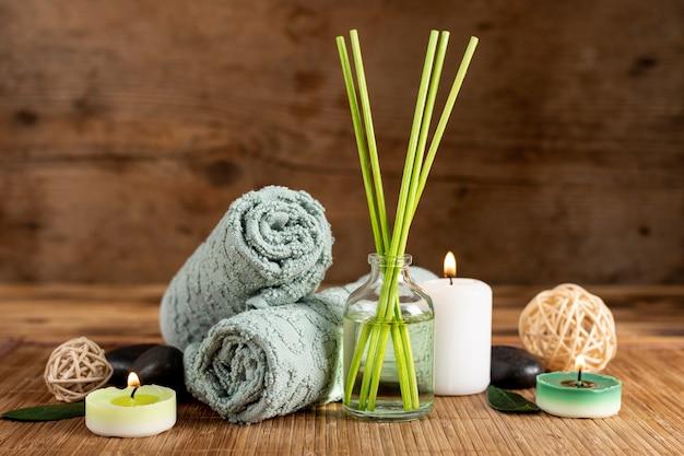 Disposizione con bastoncini e asciugamani profumati spa