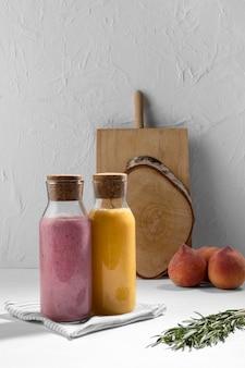 Disposizione con bevande e tavola di legno