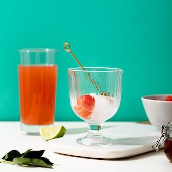 Disposizione con bicchieri e succo di frutta