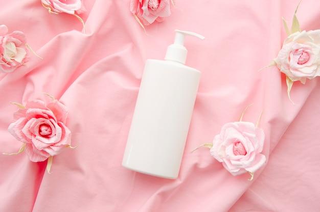 Disposizione con bottiglia e rose