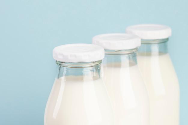Disposizione con bottiglie piene di latte