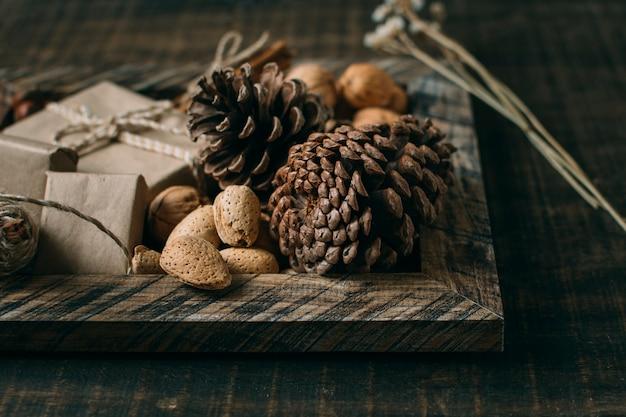 Disposizione con cornice e coni in legno
