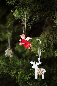 Disposizione con decorazione ad albero di natale a forma di angelo