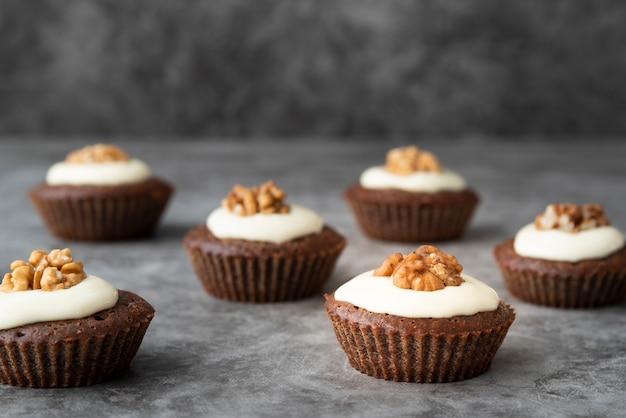 Disposizione con deliziosi cupcakes e stucchi sullo sfondo