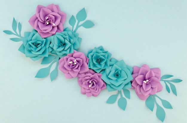 Disposizione con fiori viola e blu