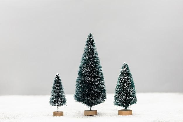 Disposizione con graziosi piccoli alberi di natale