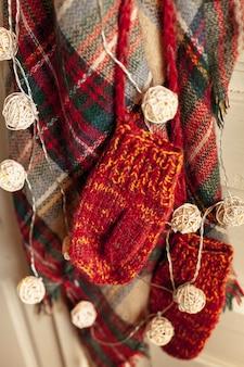 Disposizione con guanti, sciarpa e luci al chiuso