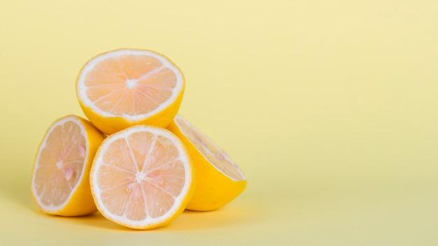 Disposizione con limoni e copia-spazio