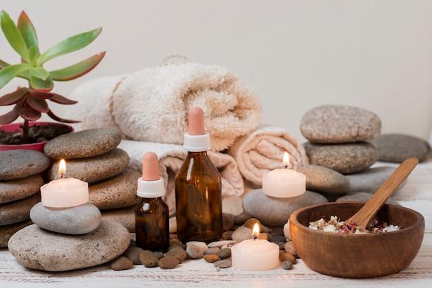 Disposizione con pietre spa e candele accese
